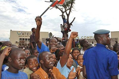 Crowd welcomes FNL Leader Mr Agathon Rwasa returning from exile (file photo).