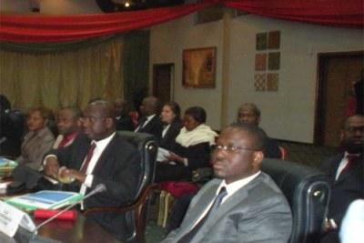 Le Premier ministre Guillaume Soro et l'ambassadeur Alcide Djédjé (1er et 2e à partir de la droite), entre autres participants à la rencontre