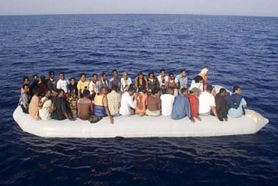Photo d'archives) - Des clandestins africains secourus en haute mer