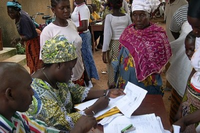 People register to appear before a mobile court in Bouake, Côte d'Ivoire, 17 August 2006.