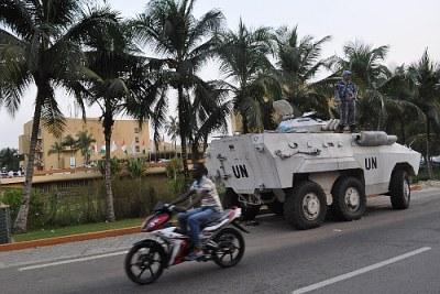 tank Nu à Abidjan.