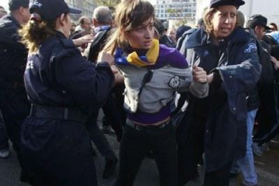 Une manifestante arrêtée par la police.