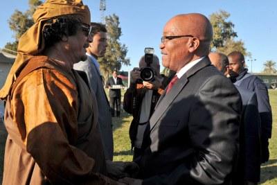 Mouammar Kadhafi avec le president Jacob Zuma
