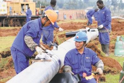 Photo d'archives: Des ingénieurs installent un pipeline