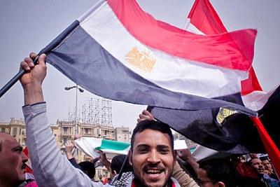 Des Egyptiens manifestant sur la place  Tahrir