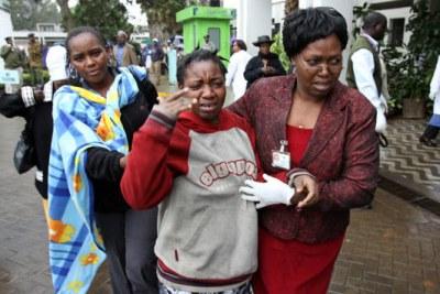 Un parent surmonté par le chagrin à l'Hôpital national Kenyatta à Nairobi