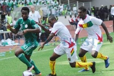 John Mikel Obi (10).Les Super Eagles devaient gagner le Syli national de Guinée pour passer.Ils n'ont pu faire que match nul 2-2 permettant aux Guinéens de terminer à la tête de leur poule de qualification.