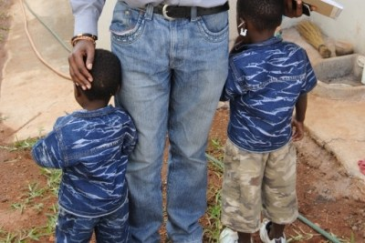 Sibelo Sibanda, of Lawyers for Human Rights in Musina, with two children suspected of being trafficked  -  Sibelo Sibanda, un avocat des Droits Humains à Musina, avec deux enfants suspects