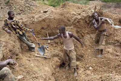 Des hommes et des adolescents à la recherche d'or dans une mine à proximité de la ville de Bagega, dans l'État de Zamfara, situé dans le nord du Nigeria.