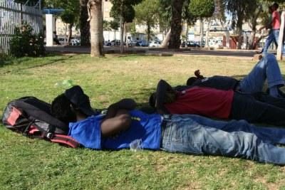 Des demandeurs d'asile africains dorment dans un parc à Tel-Aviv.