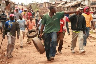 Jeunes de la bidonville de Kibera prêts à se battre en 2008.