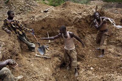 Photo d'Illustration - Des hommes et des enfants travaillent dans les mines à l'extérieur de Bagega. Ils creusent profondément pour trouver la roche, puis écrasent ces roches pour extraire le minerai d'or. À l'intérieur des roches se trouvent des dépôts d'autres métaux, dont du plomb, qui ont empoisonné de nombreux enfants du village.