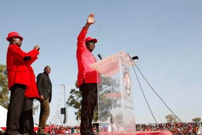 Le président du MDC-T  Morgan Tsvangirai s'adressant à la foule lors de sa campagne.
