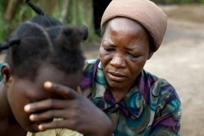 (Photo archives) - Soeur Angélique consolant une jeune femme congolaise victime de viol et de violence