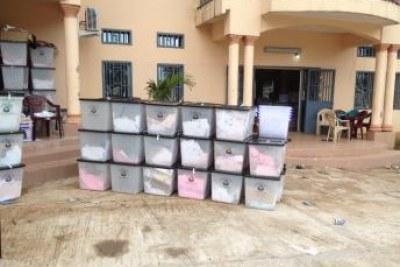 Après le vote, les urnes sont entreposées dans les centres de compilation des procès verbaux. L'étape de la centralisation des résultats est un travail lent. Ici, dans la commune de Matoto.