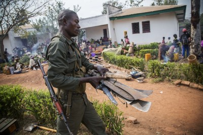 Machettes confisquées par les troupes de la FOMAC, des mains des personnes déplacées par les combats opposant la Seleka aux anti-balaka, quand ils arrivent au quartier général de la Fomac.