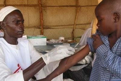 Enfant recevant un vaccin contre la rougeole lors d'une campagne de vaccination.