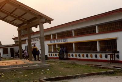 Une vue du bâtiment abritant la salle d'audience   à la prison centrale de Makala à Kinshasa.