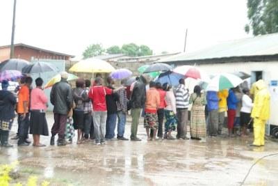 Des citoyens zambiens faisant la queue pour voter.