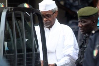 L'ex-dictateur tchadien Hissène Habré est escorté par des officiers militaires après son inculpation par le parquet des Chambres africaines extraordinaires à Dakar, le 2.07.13.