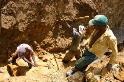 Des creuseurs dans une mine artisanale de cassitérites