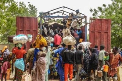 Des milliers de personnes fuyant leur village dans les îles du lac Tchad, au sud-est du Niger.