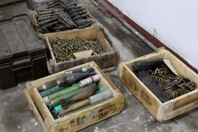 Archive - Caisses d' explosifs et de minutions dans un dépôt d'armes.