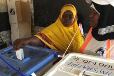 Femme Tanzanienne qui vote