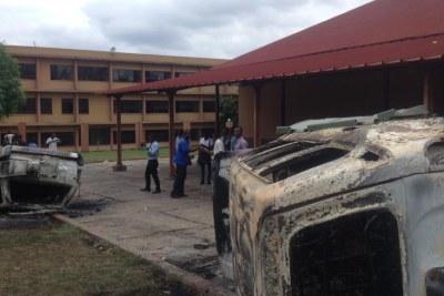Véhicules de l'administration brûlés par les étudiants de l'Institut national du bâtiment et des travaux publics (INBTP) au cours d'une manifestation qui a dégénéré, ce lundi 16 novembre 2015, à Kinshasa, en affrontements avec la police.