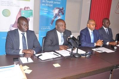 Le Directeur Général d'Ecobank Sénégal, M. Serge Ackre (au micro) entouré de ses collaborateurs, lors de la conférence de presse tenue à la suite de l'Assemblée Générale, le 14 avril 2016 à Dakar.