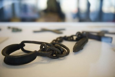 Des chaînes utilisées pour attacher les esclaves.