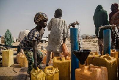 Une fillette récupère de l'eau pour sa famille dans le camp de déplacés de Bakassi, à Maiduguri, dans l'Etat de Borno, au nord-est du Nigéria.