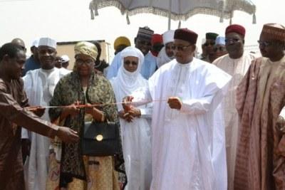 Le Président du Niger Mahamadou Issoufou inaugurant la centrale électrique de Gorou banda