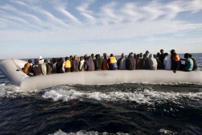 Des migrants à proximité des côtes libyennes, le 29 septembre 2015.