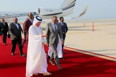 (Photo d'archives) - Le Premier Ministre de la République fédérale de Somalie Hassan Ali Khaire (en costume gris) arrivant à Qoha, la capitale du Qatar en visite officielle.