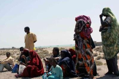Des réfugiés somaliens se reposent sur une plage au Yémen après avoir franchi le golfe d'Aden.