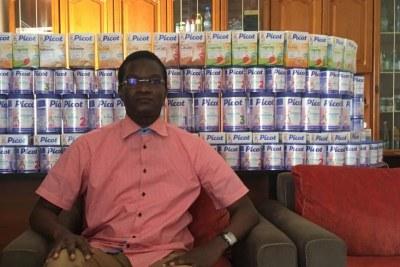 Issa Wade, directeur du service de contrôle des produits devant un lot de lait Lactalis saisi en décembre 2017.