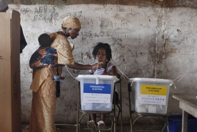Des électeurs dans un bureau de vote