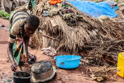 Province du Tanganyika, RDC : une femme cuisine à Katanika, un site à quelques kilomètres de Kalémie, où plus de 6.000 familles se sont réfugiées pour fuir la violence interethnique croissante dans la région.