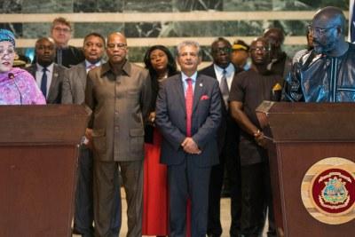 La Vice-Secrétaire générale de l'ONU, Amina Mohammed, et le Président du Libéria, George Weah, devant la presse à Monrovia.