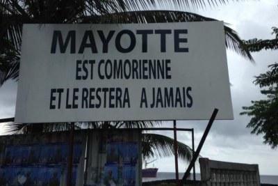 Panneau revendiquant Mayotte comme étant Comorienne, Moroni, Comores.