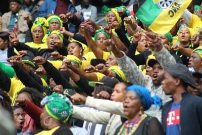 Une partie de la foule au service commémoratif officiel Winnie Mandela au stade d'Orlando à Johannesburg.