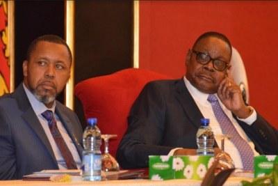 Le Président Peter Mutharika à droite et son vice-président Saulos Chilima.