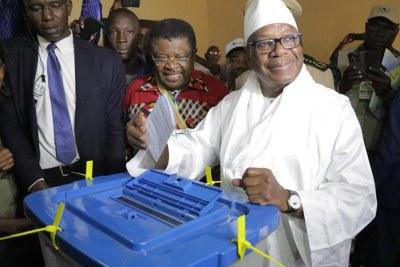 Le président sortant, Ibrahima Boubarcar Keita qui s'apprête à glisser son bulletin dans l'urne.