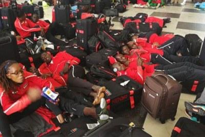 Des membres de l'équipe kenyane aux championnats d'Afrique d'athlétisme à Asaba, bloqués à l'aéroport international Murtala Mohammed le 31 juillet 2018.