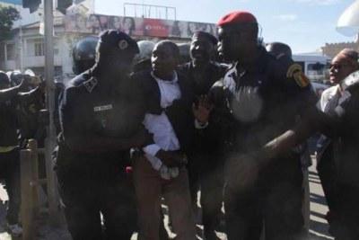 """La Police a dispersé, le mardi 4 septembre, à coups de grenades lacrymogènes, des leaders de l'opposition qui avaient appelé à un sit-in devant le ministère de l'Intérieur. Plusieurs leaders ont ainsi été arrêtés dont Mamadou Diop """"Decroix"""".."""