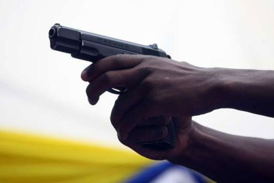 Une personne qui vise avec son arme (archive)