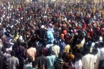 A crowd protests the skyrocketed bread and fuel prices, among others, in El Gezira Aba in White Nile state, today.
