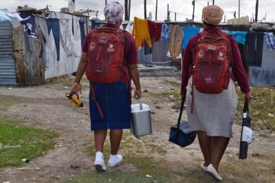 Des agents de santé) vont de maison en maison, offrant des conseils et des tests de dépistage du VIH, dans une communauté sud-africaine.
