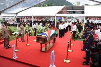 Des centaines de personnes en deuil sont descendues au Stade Popiler, dans la capitale, Victoria, pour faire leurs adieux à l'ancien président.